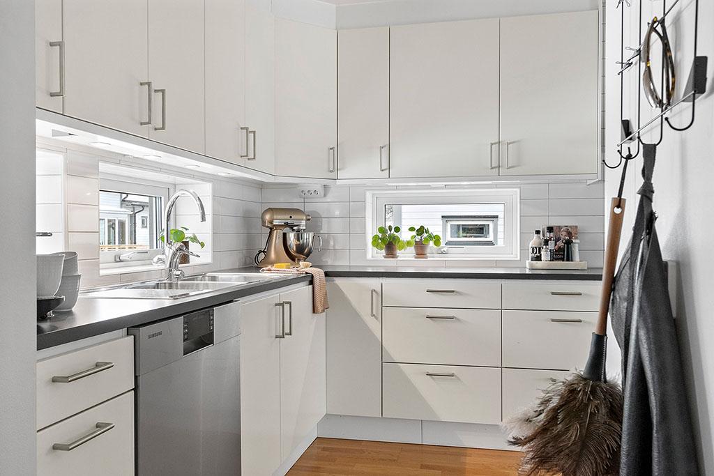 Kök i vinkel med låga fönster och köksskåp