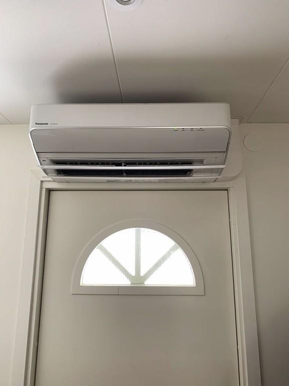 Luftvärmepump inomhus över dörr